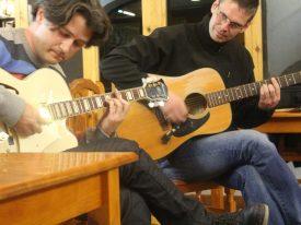 Matthias Beige tocando guitarra