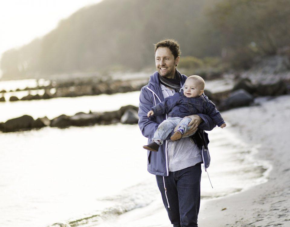 Padre con hijo en la playa